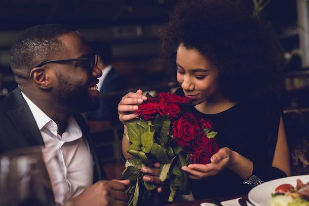 男は女の子に美しい花を与えます。