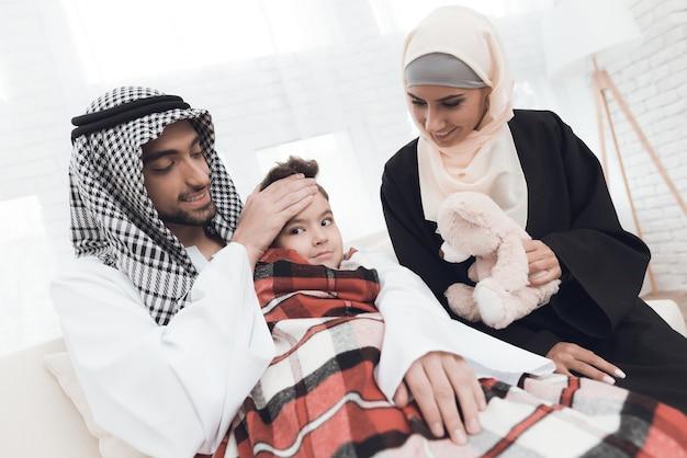 サウジの家族の小さな男の子が病気になりました。
