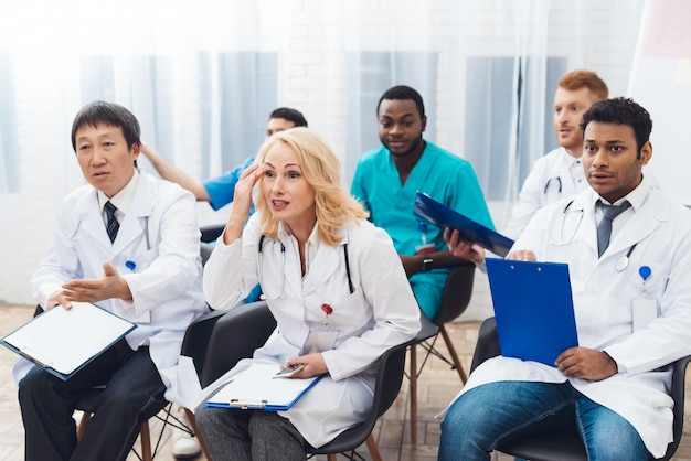女医は、カメラの前で誰かと議論しています。