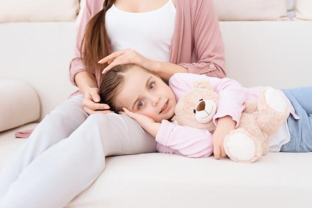 ママと娘が一緒にソファで。