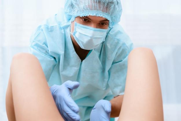産科医が出産しています。