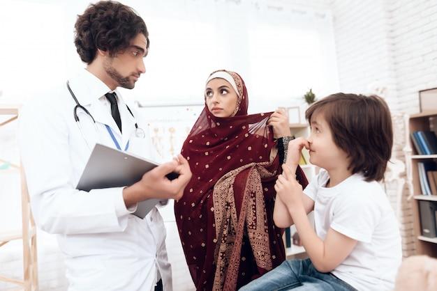 アラブの医師が小さな男の子を診断します。