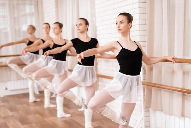 女の子のバレエダンサーはバレエのクラスでリハーサルします。