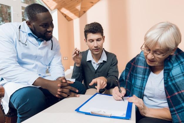 年配の女性が彼女の家を若い男性に寄託している。