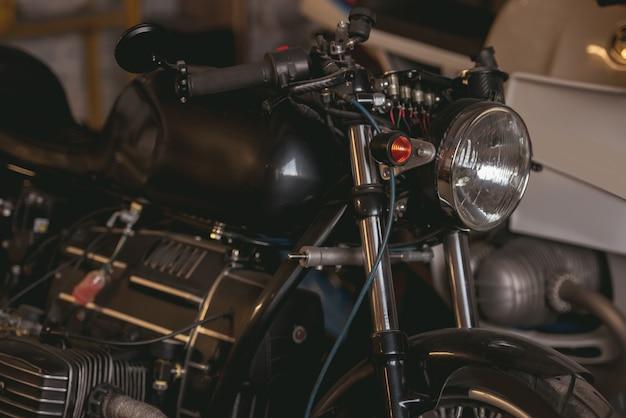 現代の修理工場でスタイリッシュな強力なオートバイ