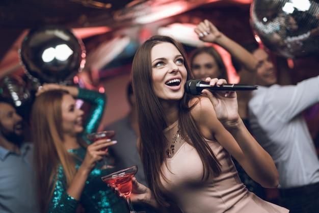 パーティーの時間。クローズアップ女性歌うカラオケ