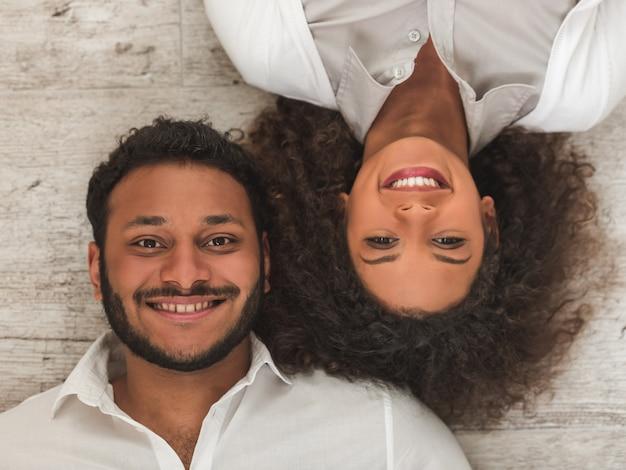 アフロアメリカンカップル笑顔