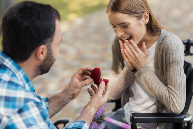 公園でデートに幸せな障害者カップル
