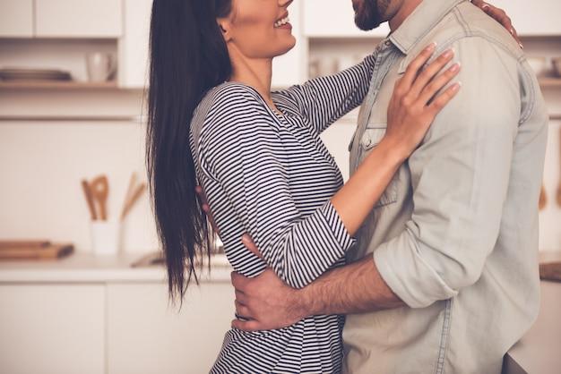 美しいカップルはハグと笑顔