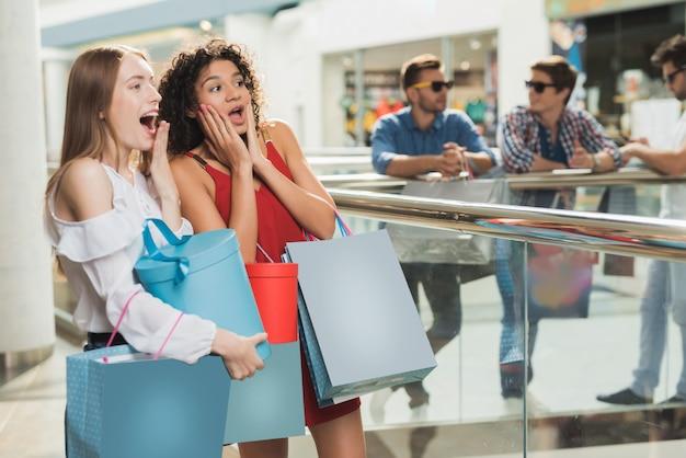 Девушки делают покупки в торговом центре. черная пятница распродажа.