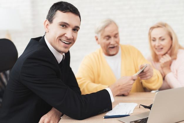 歳の男性と女性のオフィスで若い弁護士を訪問します。