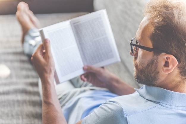 服と眼鏡の本を読んでのビジネスマン