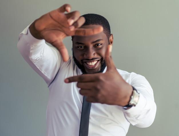 Афро-американский бизнесмен делает кадр