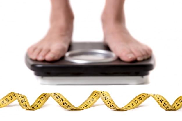 体重計の上に立って女性の足の画像をトリミング