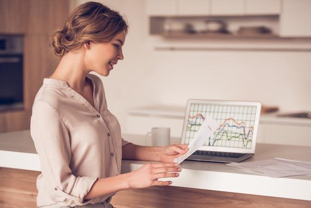 Женщина в повседневной одежде рассматривает документы