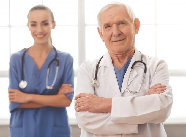 青いスクラブの女医
