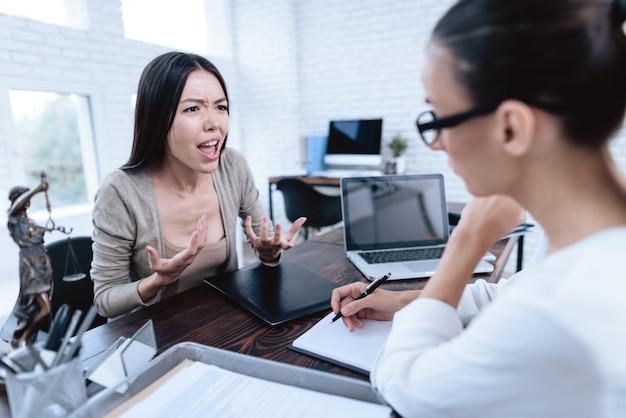 Молодая женщина пришла к адвокату. концепция развода.