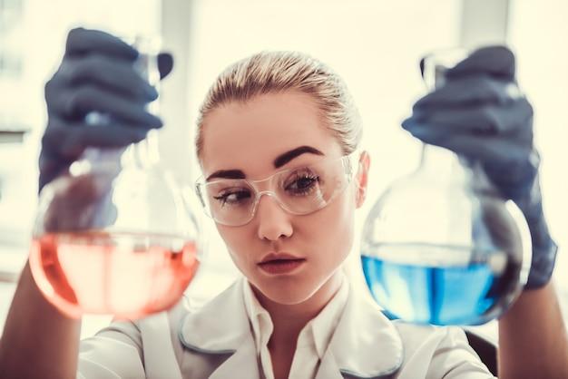Красивая женщина-врач в лаборатории