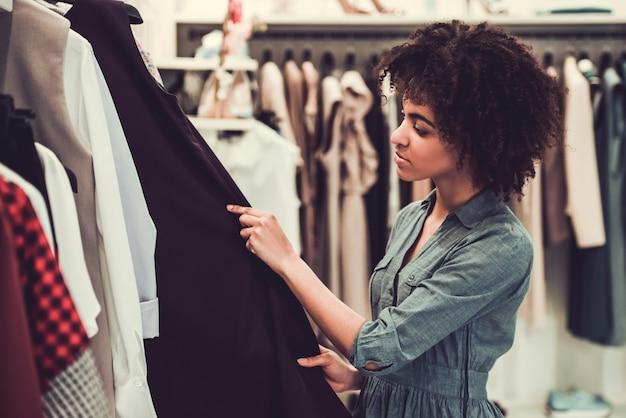 Афро американская девушка делает покупки