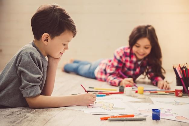 自宅で描く子供