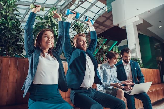 労働者はオフィスのベンチで運動しています。