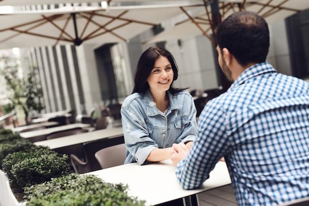 屋外レストランで幸せなラブストーリーカップル。