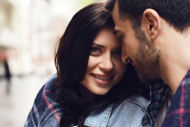 居心地の良い毛布屋外の幸せな女の子の目のカップル。