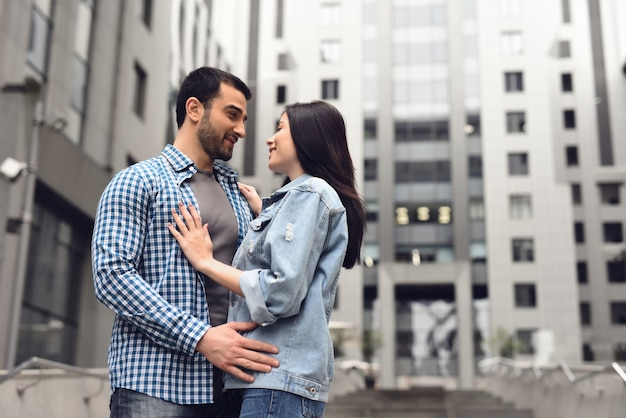 Любовная история в пасмурный дождливый день мальчик и девочка обнимаются.