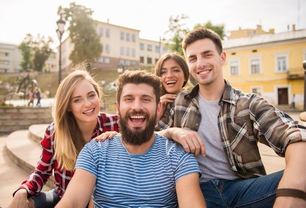 人々はカメラを覗いて微笑みます。