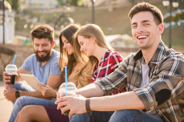 Люди пьют сок и отдыхают на улице.