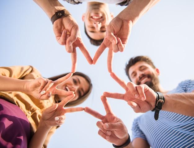 幸せな人々は指で星を作ります。