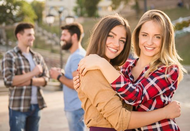 路上で別の女の子を抱いて女の子。