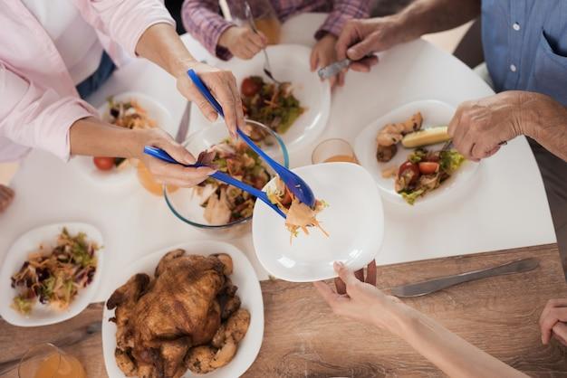 幸せな家族で感謝祭の日のテーブルを閉じる