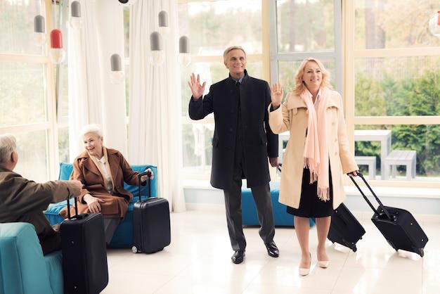 Пожилая пара в зале ожидания аэропорта
