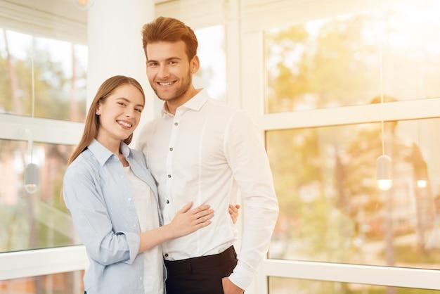 若いカップルが明るい部屋で写真にポーズ