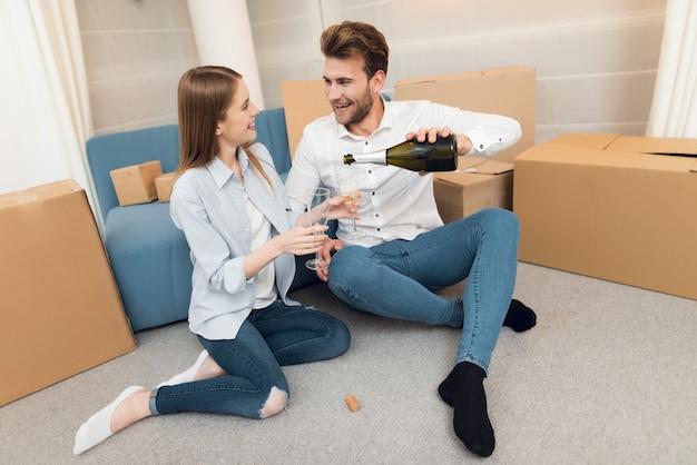 若いカップルは新しい家を買うを祝う
