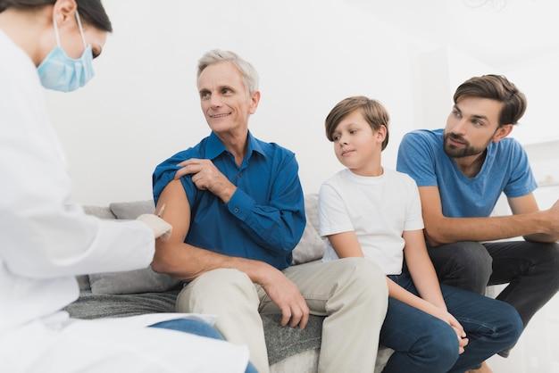 看護師が老人のインスリン注射をする