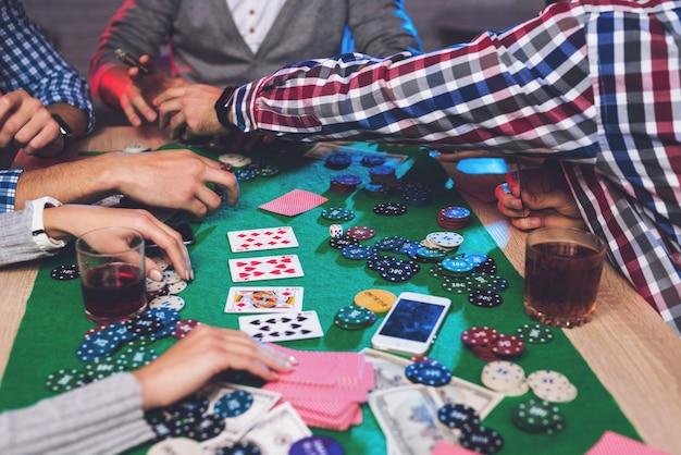 チップと携帯電話はポーカーテーブルにあります