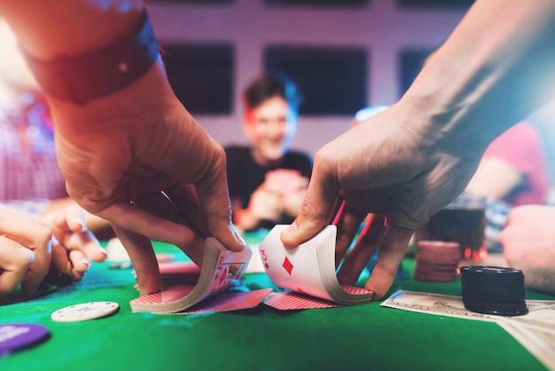 Молодые люди играют в покер с алкоголем