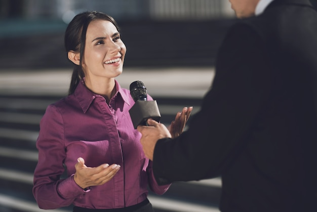 Женщина с улыбкой на лице отвечает на вопрос