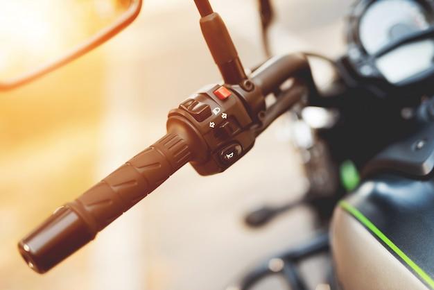 これは現代の電気バイクですそれは若い男によって運営されています