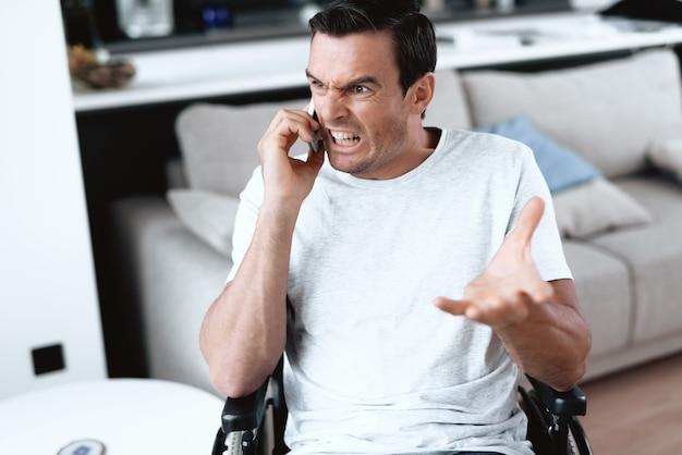 男は彼のスマートフォンで誰かに話しています