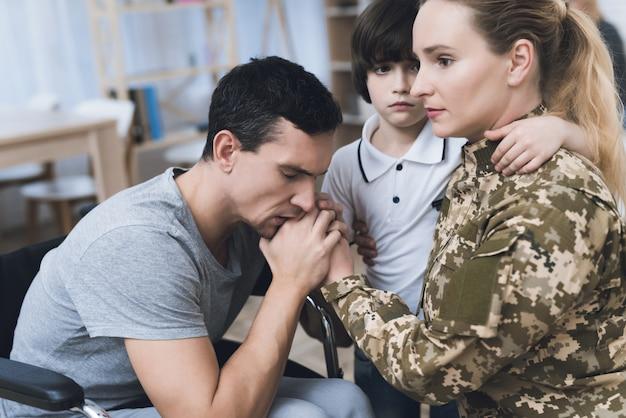 女性は家族と両親に別れを告げる。