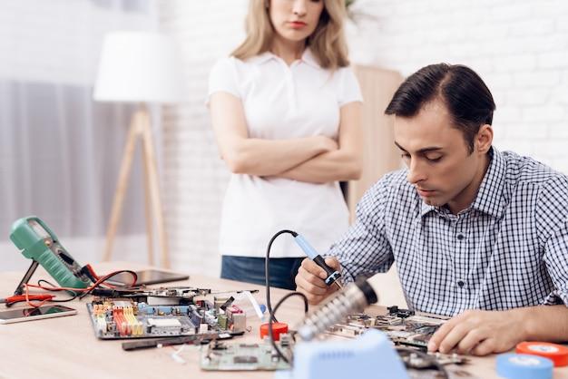 家でマスター修復家電を探している女性。