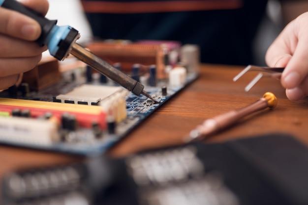 ドライバーセットと分解する電話ハードウェア