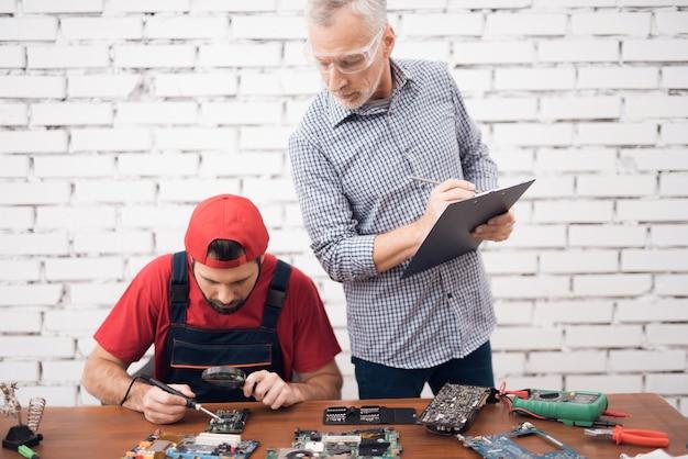 コンピューターサービスとオールドボスの勤勉な労働者。