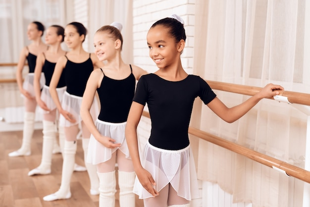 若いバレリーナはバレエクラスでリハーサルをしています。