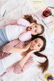 Мама и дочь позируют на камеру.