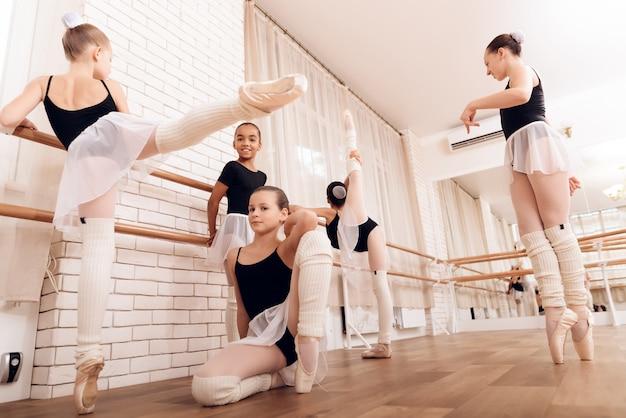 バレエバーは子供のバレエトレーニングを行使する。