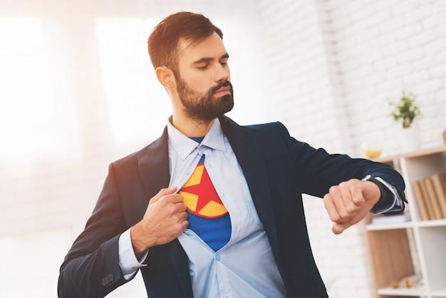隠されたスーパーヒーローは二重生活を送ります。